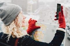 Gelocktes blondes Mädchen, das selfie macht Stockbilder