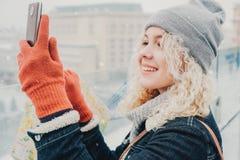 Gelocktes blondes Mädchen, das selfie oder Foto macht Lizenzfreie Stockfotografie