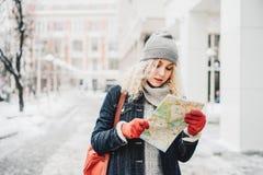 Gelocktes blondes Mädchen mit Karte, Winter lizenzfreies stockfoto