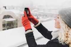 Gelocktes blondes Mädchenmädchen, das selfie oder Foto macht Stockbilder