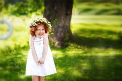 Gelocktes kleines Mädchen des entzückenden Ingwers am sonnigen Tag des Sommers Stockfotografie