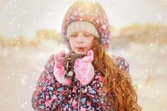 Gelocktes Mädchen trinkt Kaffee oder Tee im Winter draußen lizenzfreie stockfotos