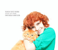 Gelocktes rothaariges Mädchen mit einer roten Katze lokalisiert Stockbilder