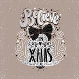 Geloof in X-mas- Kerstmis typografische affiche, groetkaart, druk De wintervakantie het zeggen Hand die binnenkerstmisklok van le vector illustratie