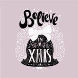 Geloof in X-mas- Kerstmis typografische affiche, groetkaart, druk De wintervakantie het zeggen Hand die binnenkerstmisklok van le royalty-vrije illustratie