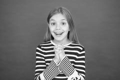 Geloof in mirakel Het kindmeisje die haar wens dromen komt waar Het mirakel gebeurt Meisje het glimlachen hoogtepunt van hoop Mij stock foto