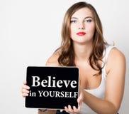 Geloof in zich geschreven op het virtuele scherm mooie vrouw die met naakte schouders PC-tablet houden technologie Stock Afbeelding