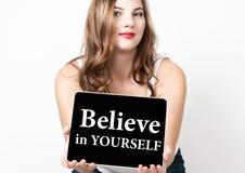 Geloof in zich geschreven op het virtuele scherm Technologie, Internet en voorzien van een netwerkconcept mooie vrouw met naakt Stock Foto