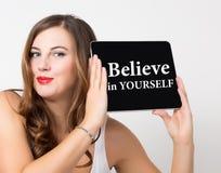 Geloof in zich geschreven op het virtuele scherm Technologie, Internet en voorzien van een netwerkconcept mooie vrouw met naakt Royalty-vrije Stock Afbeelding