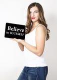 Geloof in zich geschreven op het virtuele scherm Technologie, Internet en voorzien van een netwerkconcept mooie vrouw met naakt Stock Foto's