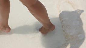 Gelooid beenmeisje dat op het zand in Pamukkale loopt stock video