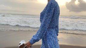 Gelooid meisje die op strand op golvende overzeese achtergrond lopen stock videobeelden