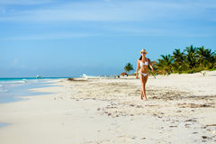 Gelooide aantrekkelijke vrouw in bikini op tropisch natuurlijk strand Stock Afbeeldingen