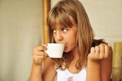 Gelooide meisje het drinken thee Stock Afbeeldingen