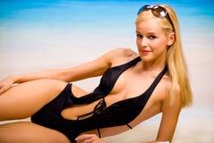Gelooide vrouw op overzees strand stock foto's