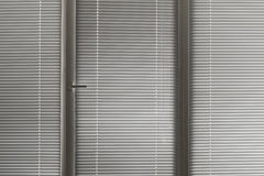 Gelosia orizzontale grigia in finestra Fotografia Stock