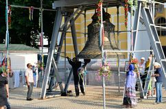 Gelovig bij Grote Klok in Kiev-Pechersk Lavra, Kiev Stock Foto's