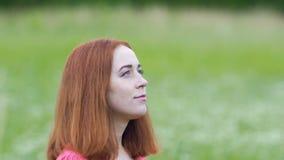 Gelovig kijk vrouwengangen omhoog in openlucht kijkend, vertrouwen in God, geloof in Heelal stock videobeelden