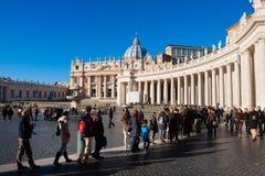 Gelovig in St Peter s Vierkant Menigte godsdienstige toeristen Royalty-vrije Stock Afbeelding