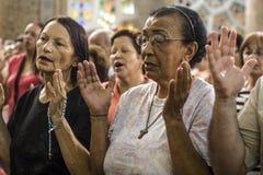 Gelovig tijdens de Katholieke Massa ter ere van St Jude Day Stock Foto's