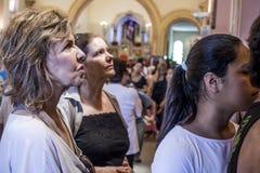 Gelovig tijdens de Katholieke Massa ter ere van St Jude Day Stock Fotografie