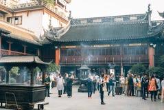 Gelovigen en toeristen in de Boeddhistische Tempel in Shanghai Royalty-vrije Stock Afbeelding