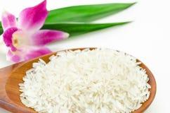 Gelsomino crudo del riso in cucchiaio di legno Fotografia Stock