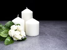 Gelsomino e candele su fondo scuro fotografie stock libere da diritti