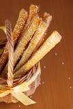 Geluftstoßenes Gebäck mit Käse und indischem Sesam Stockbild