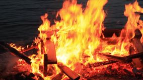 Geluid Brandende picknickbank Woedende dansende vlammen