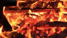 Geluid Extreme close-upvideo van een uitgebrand vuur De pret van de de zomervakantie voor Guy Fawkes
