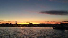 Geluid van het overzees, de weefsels, het water, de kleuren en de zonsondergang stock videobeelden