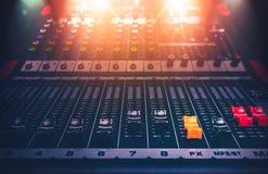 Geluidsopnamestudio die bureau mengen Het controlebord van de muziekmixer close-up royalty-vrije stock fotografie