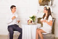 Geluk en gezond verhoudingsconcept Aantrekkelijke paar het drinken thee of koffie samen thuis Stock Afbeeldingen