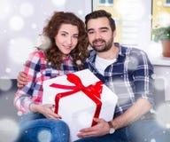 Geluk en Kerstmisconcept - jong paar met grote giftdoos Royalty-vrije Stock Foto