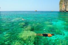 Geluk op het duiken Baai Mahya (of Maya Baai) Stock Foto