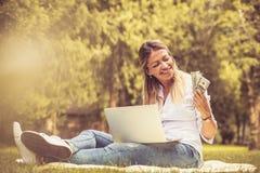 Geluk over verdiend geld De bedrijfsvrouwen… en uw vinger zijn omhoog stock afbeelding