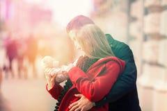 Geluk wegens haar gift voor Valentijnskaartendag royalty-vrije stock fotografie