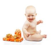 Gelukbaby met giften Stock Foto's