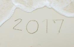 Gelukkig Aanstaande Nieuwjaar 2017 Begin met Vers Concept, Nummer 2017 Met de hand geschreven op Wit Overzees Zand Tropisch Stran Stock Afbeeldingen