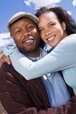 Gelukkig Afrikaans Amerikaans en paar die lachen glimlachen royalty-vrije stock afbeelding