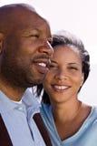 Gelukkig Afrikaans Amerikaans en paar die lachen glimlachen royalty-vrije stock afbeeldingen