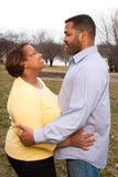 Gelukkig Afrikaans Amerikaans paar die buiten koesteren Royalty-vrije Stock Afbeelding