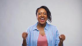 Gelukkig Afrikaans Amerikaans vrouw het vieren succes stock videobeelden