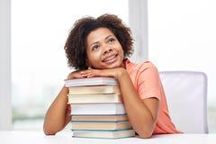 gelukkig afrikaans studentenmeisje met boeken thuis stock fotografie - De Vrijgezelmeisjes 2015