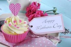 Gelukkig aqua blauw uitstekend retro sjofel elegant dienblad van de Moedersdag met roze cupcake dichte omhooggaand Stock Fotografie