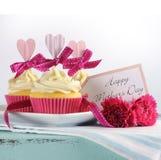 Gelukkig aqua blauw uitstekend retro sjofel elegant dienblad van de Moedersdag met roze cupcakes Royalty-vrije Stock Afbeelding