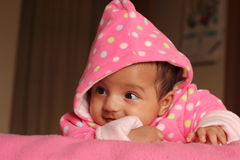 Gelukkig Aziatisch babymeisje in roze sweater royalty-vrije stock fotografie
