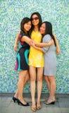 Gelukkig Aziatisch en Meisje drie die koestert glimlacht stock afbeelding