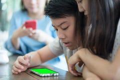 Gelukkig Aziatisch jongens Speelspel op Digitale Tablet stock foto
